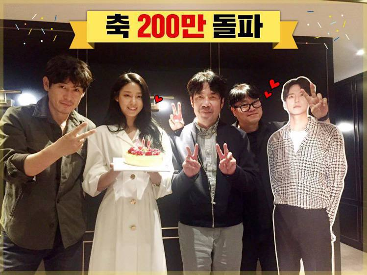 《殺人者的記憶法》卡司群,(左起)薛耿求、雪炫、吳達庶、導演元信延、金南佶立牌。...