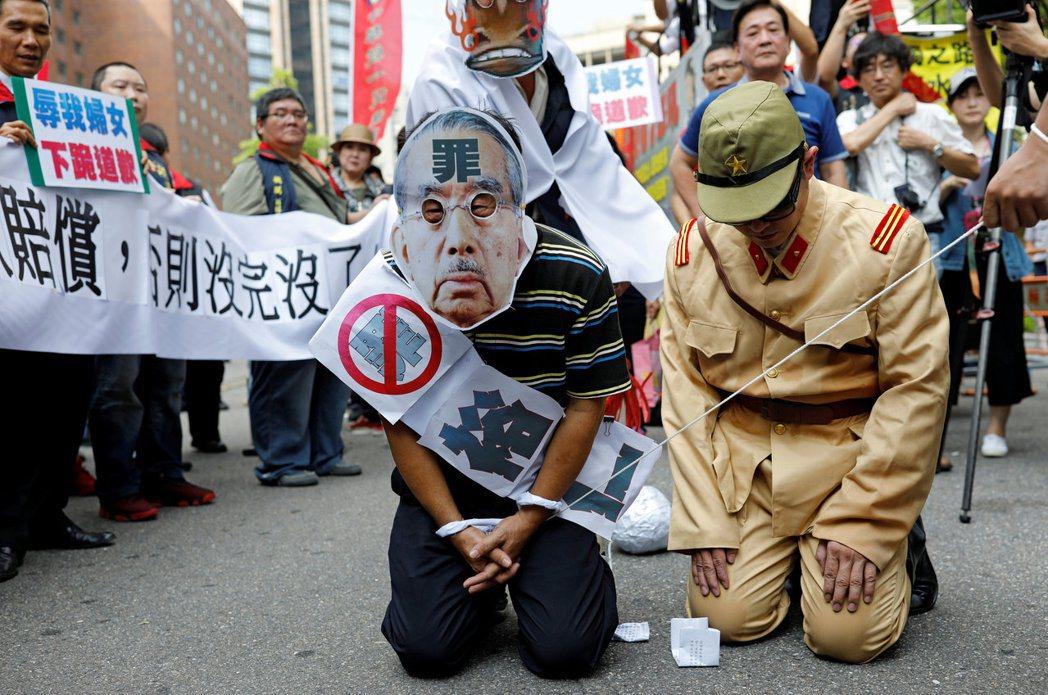 在台灣,部份人仇恨中國,部份人仇恨日本,以悲情作為台灣生存的心理支柱,讓別人有見縫插針的機會。   圖/路透社