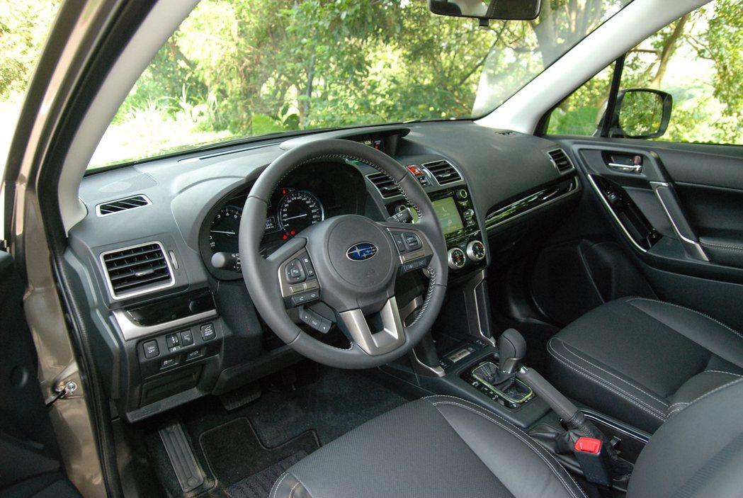 Forester 全車系標配 8 向電調座椅與雙區恆溫空調。 記者林鼎智/攝影