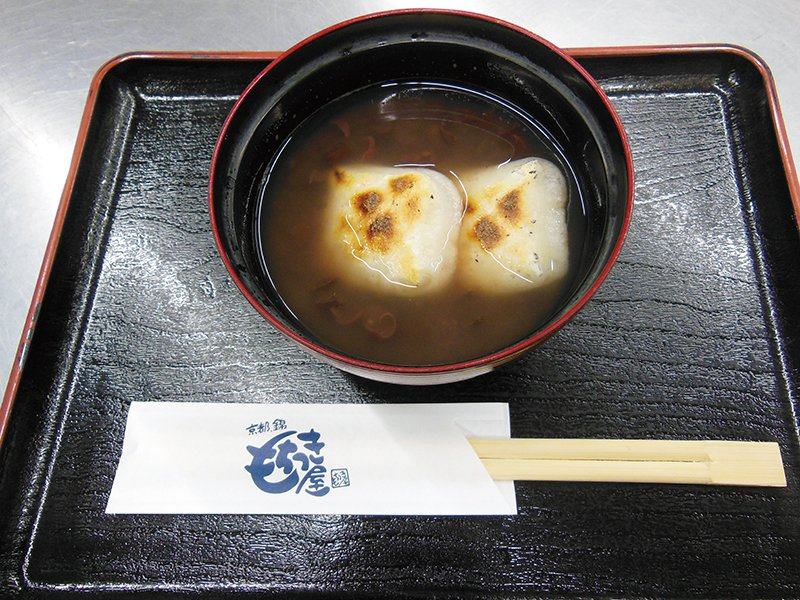 善哉紅豆湯200元/碗/剛做好的麻糬先放在炭火上烤出香味,再放入熱的紅豆湯中,麻...