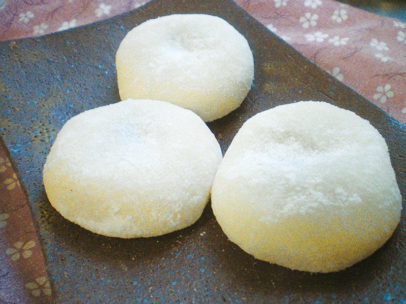 京鹽味大福89元/個/略帶鹹味的外皮Q彈又紮實,包入甜味適中、細膩濕潤的紅豆泥,...