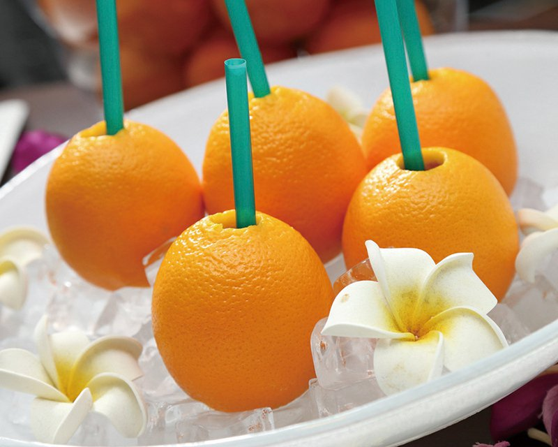整顆葡萄柚果汁120元/顆/先以工具在葡萄柚的表皮上打一個洞,再利用機器將裡面的...