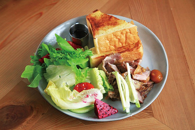 茴香風味烤豬肩200元/現點現烤的豬肩肉原味呈現,綜合沙拉搭配自製蘋果醬,加上小...