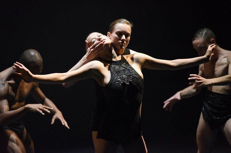 六名舞者身穿緊身衣在極簡卻晦暗迷幻的場景中,鋪排生活的暗潮洶湧,控制/被控制、秩...