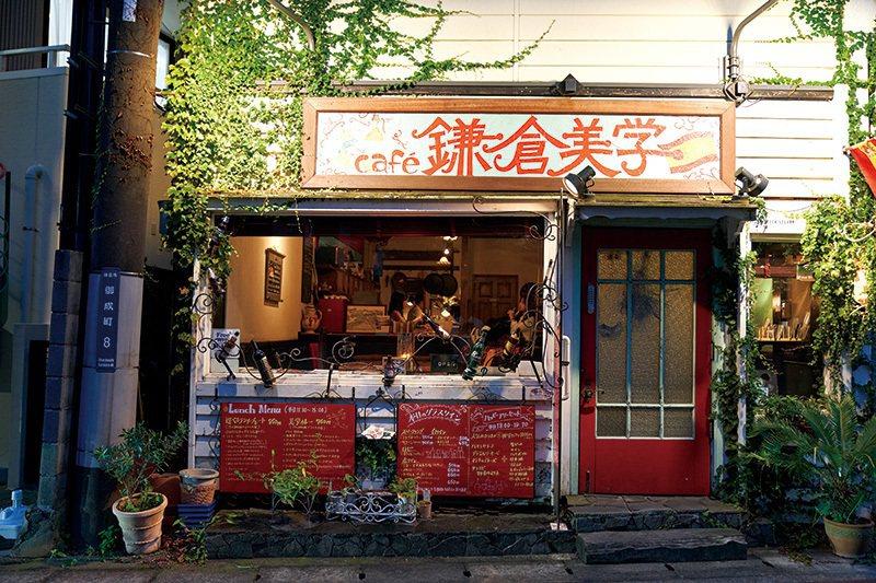 獨樹一格的店外觀用色豐富充滿藝術感。