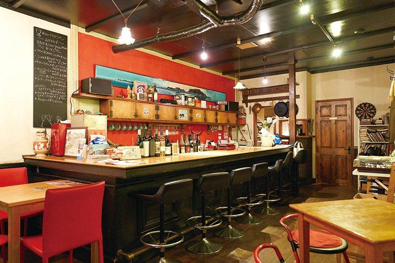 喜愛與人交流的店主經常與坐在吧檯的客人聊天。