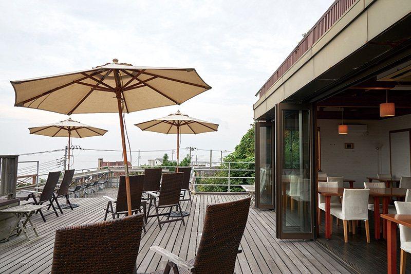 在等待主餐的空檔與餐後享用甜點時,可以坐在露天座位靜靜欣賞美景。