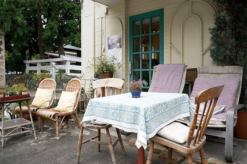 天氣晴朗時不妨坐在店外座位享受悠閒恬靜的氛圍。