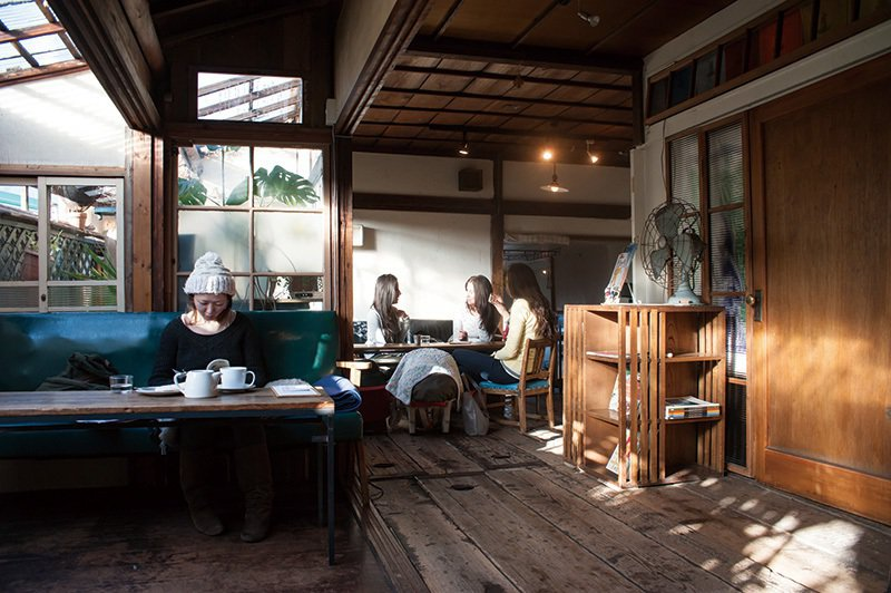 保留古民家裝潢的店內,同時也是電影中小鈴品嚐吻仔魚吐司的場景。