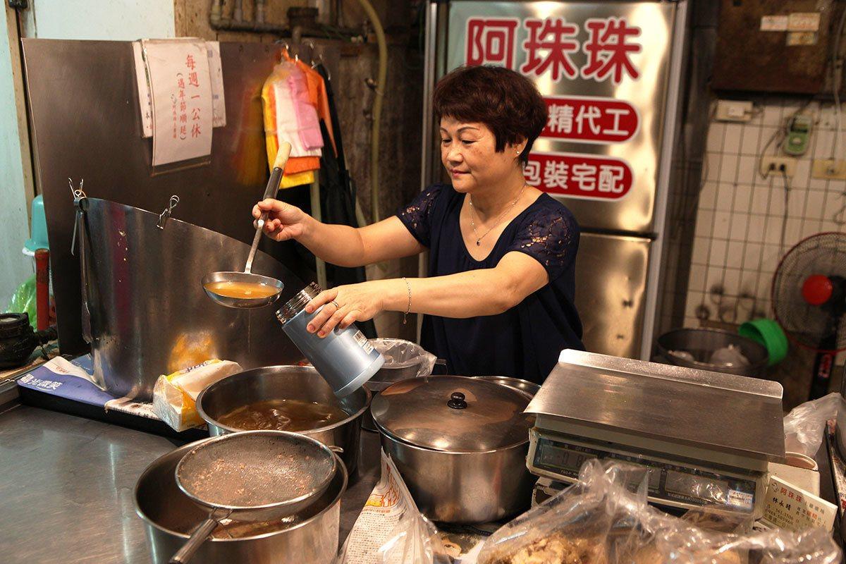 鹽埕示範市場裡的阿珠珠滴雞精以古法滴製雞精。