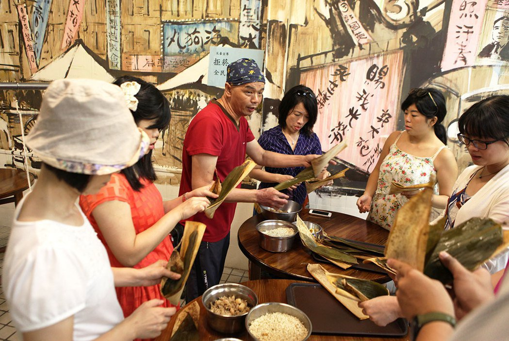 郭家肉粽老闆教遊客如何綁粽子。