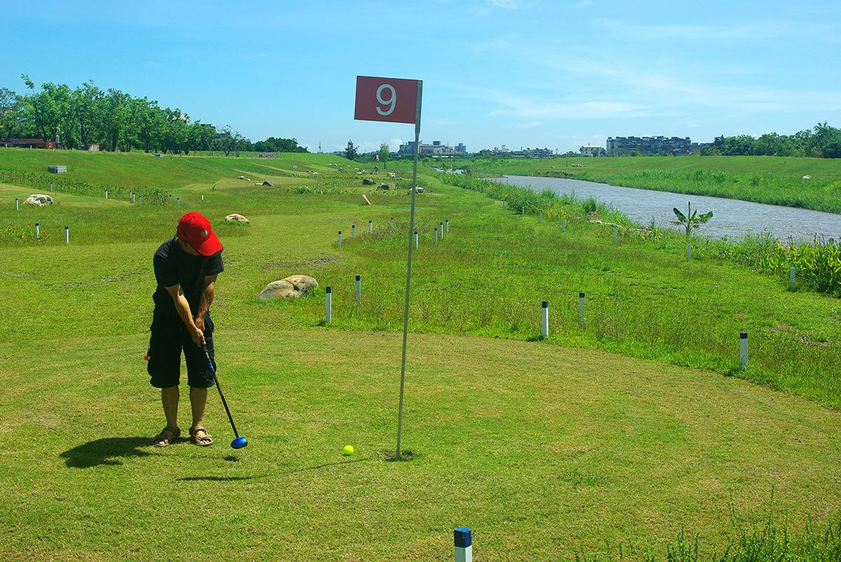 安農溪畔打一場公園高爾夫球,令人心曠神怡。