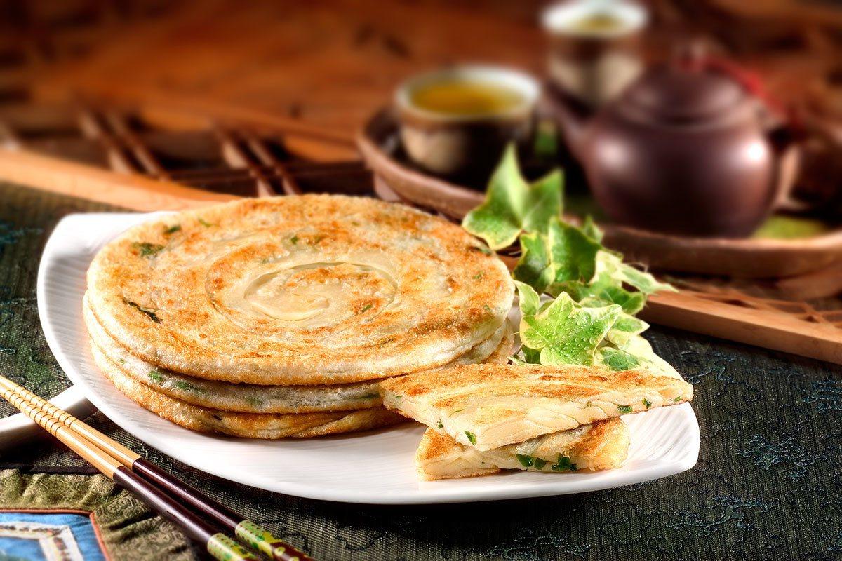 百孚食品使用100%三星蔥作蔥油餅的餅材。8.三星蔥經洗滌、脫水、切碎等過程才能...