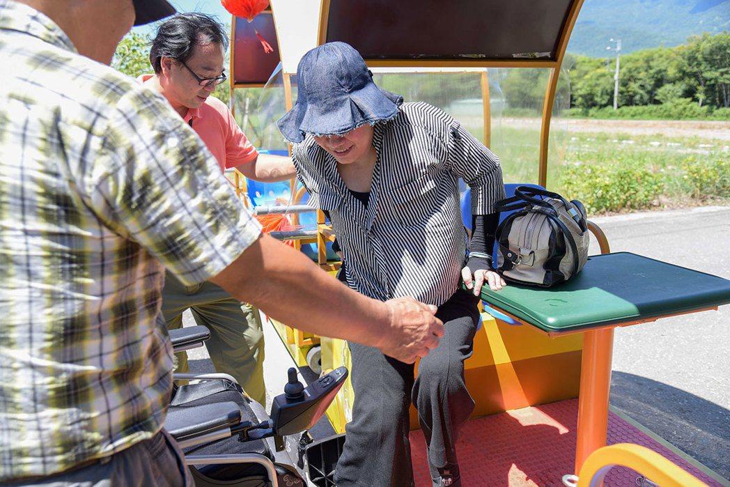 專人協助下,珍妮花也能順利搭乘上遊園列車。