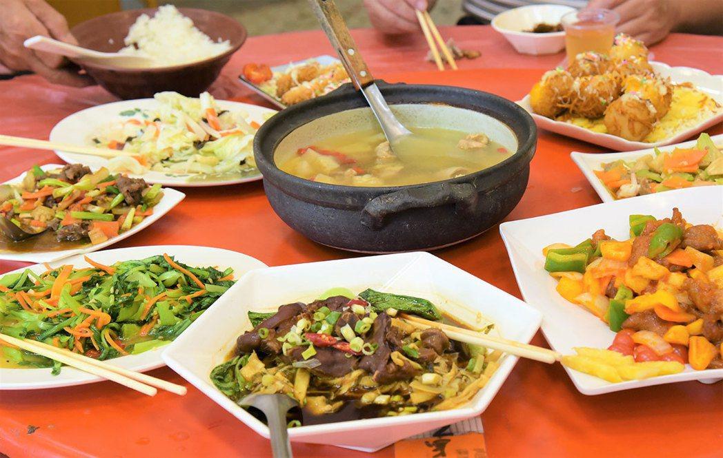富興客棧滿桌豐盛的鳳梨佳餚,來到這裡絕對不能錯過。