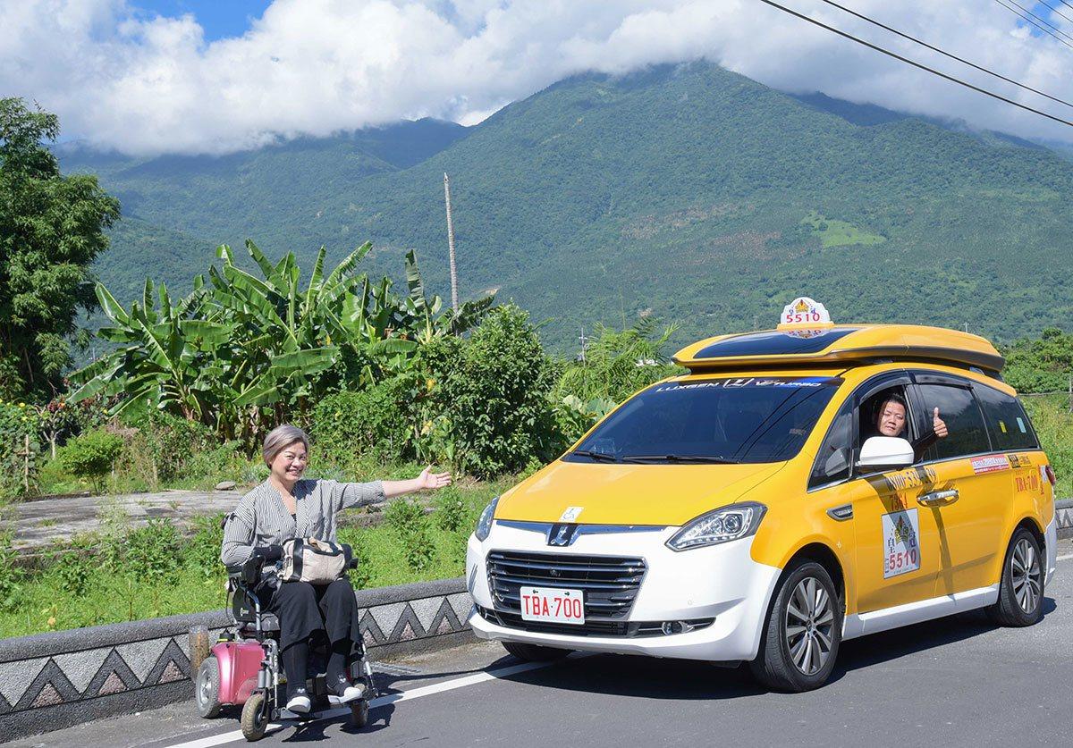 司機駕駛的無障礙計程車V7車款,車廂內寬敞舒適,上下車安全方便,為無障礙旅行交通...