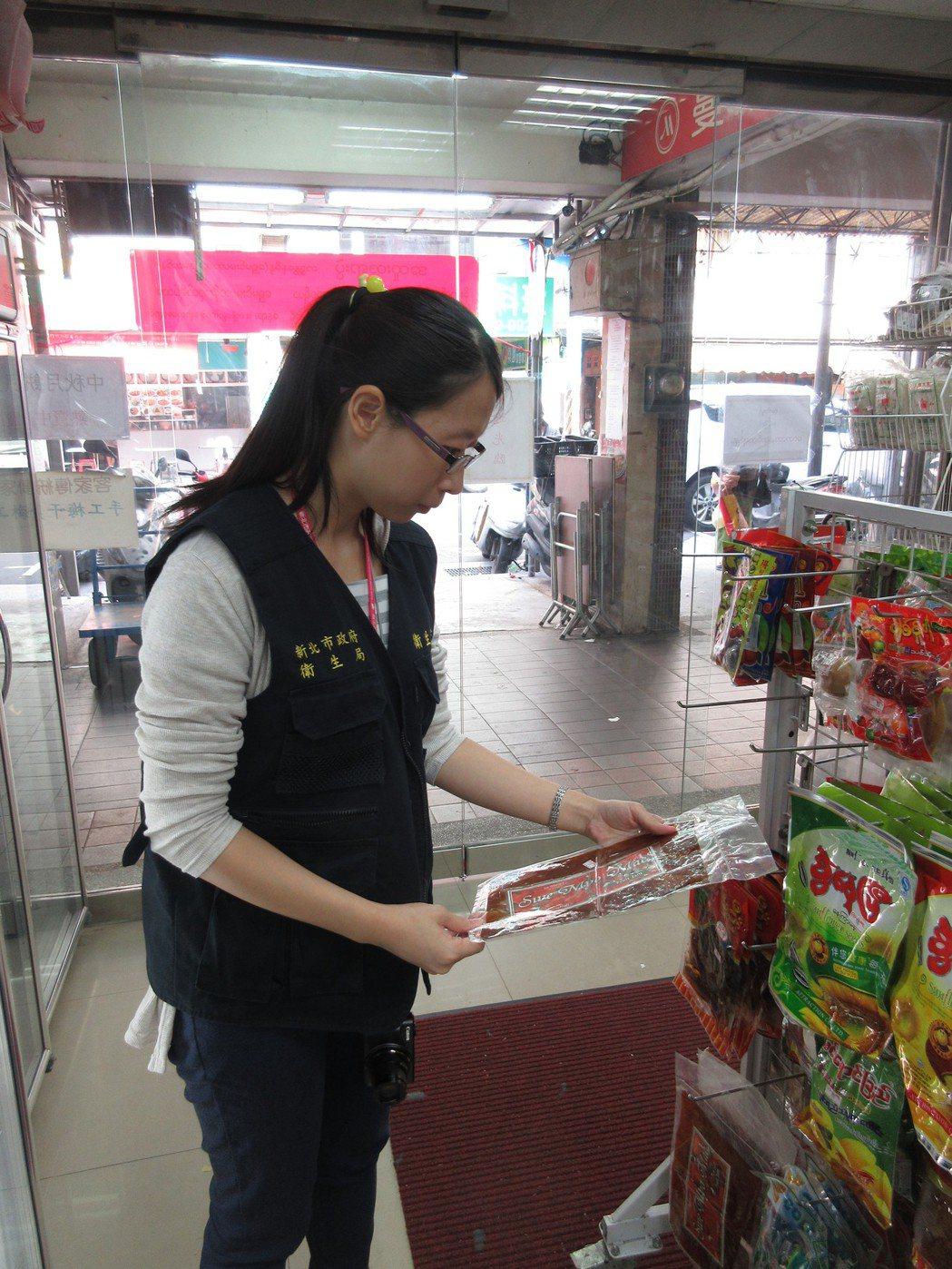 新北市衛生局派員至新北市中和區華新街的雜貨店進行稽查,將有問題的忘情牌緬甸芒果乾...