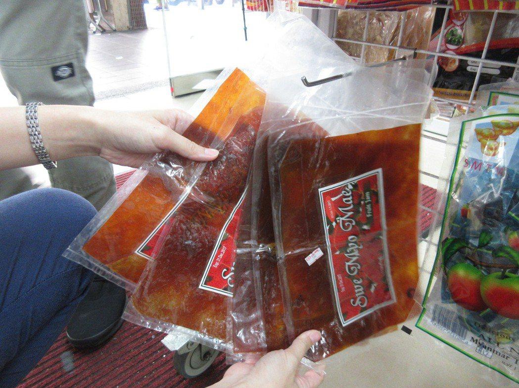 新北市衛生局在中和區華新街的雜貨店內,查獲5包貼有雙效期的忘情牌緬甸芒果乾薄片,...