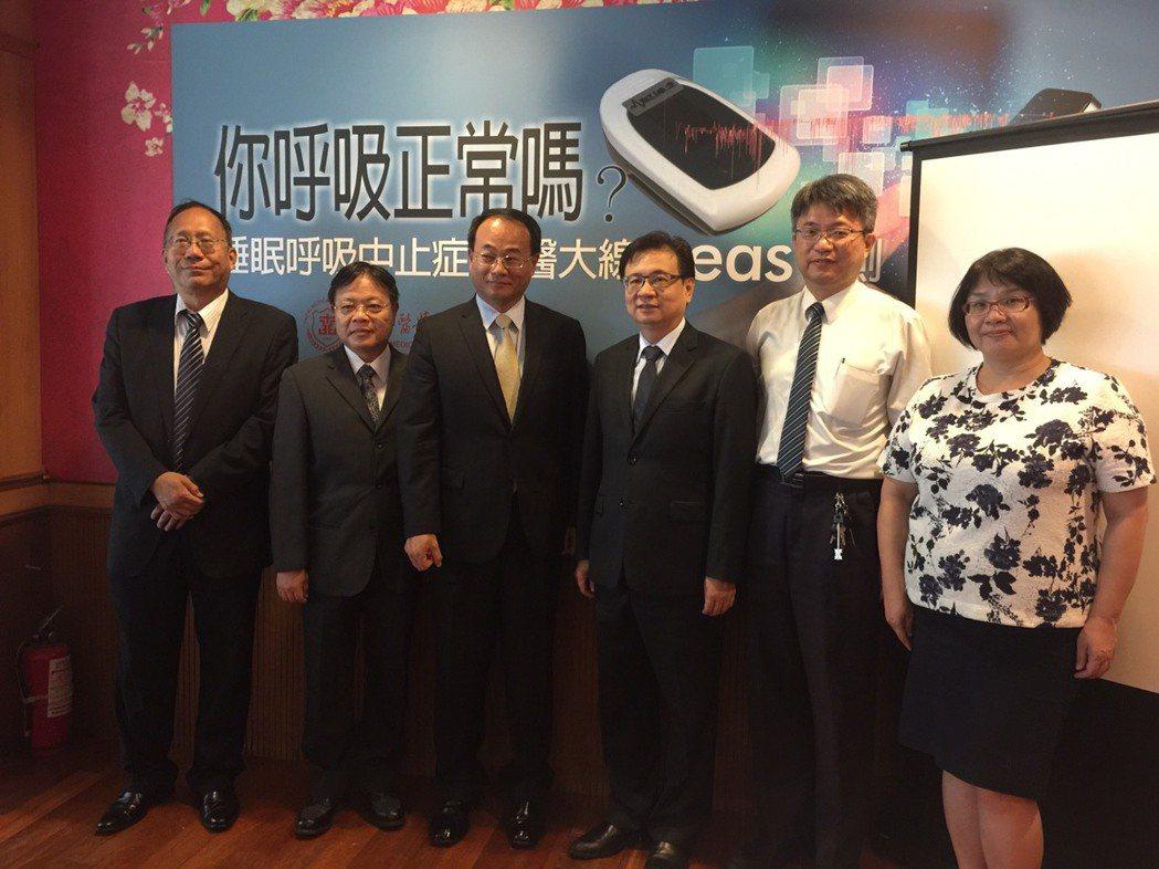 台北醫學大學為了解類似的問題,研發出穿戴裝置,在家也能檢測資料上傳雲端,也能判斷...