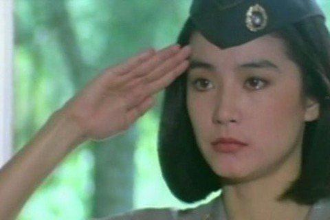 女星多的地方就容易傳是非,似乎從古到今皆如此。眼看「軍教片」在台灣容易受到觀眾歡迎、開出票房佳績,曾有片商靈機一動,籌拍女兵電影,打算召集眾家天后攜手,共創賣座榮景,聽起來是個好點子,執行起來卻風波...