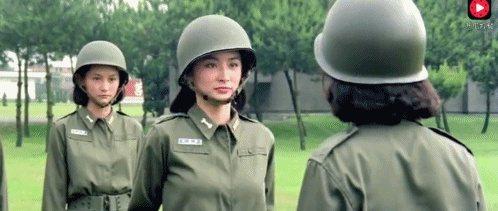 林青霞(中)與應采靈拋下玉女形象,改扮女兵。圖/翻攝自YouTube
