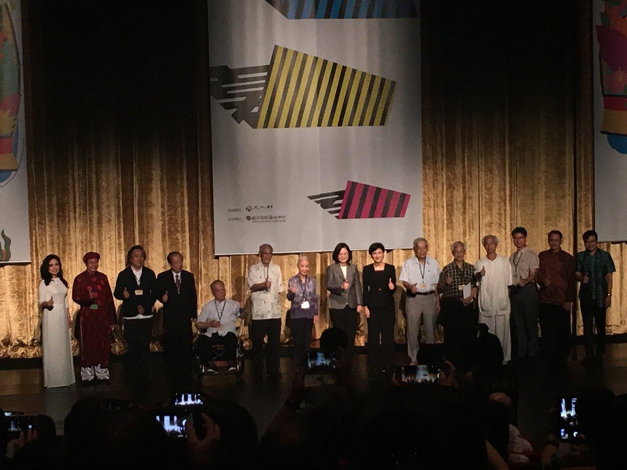 台灣戲曲中心開幕,貴賓合照。記者何定照/攝影