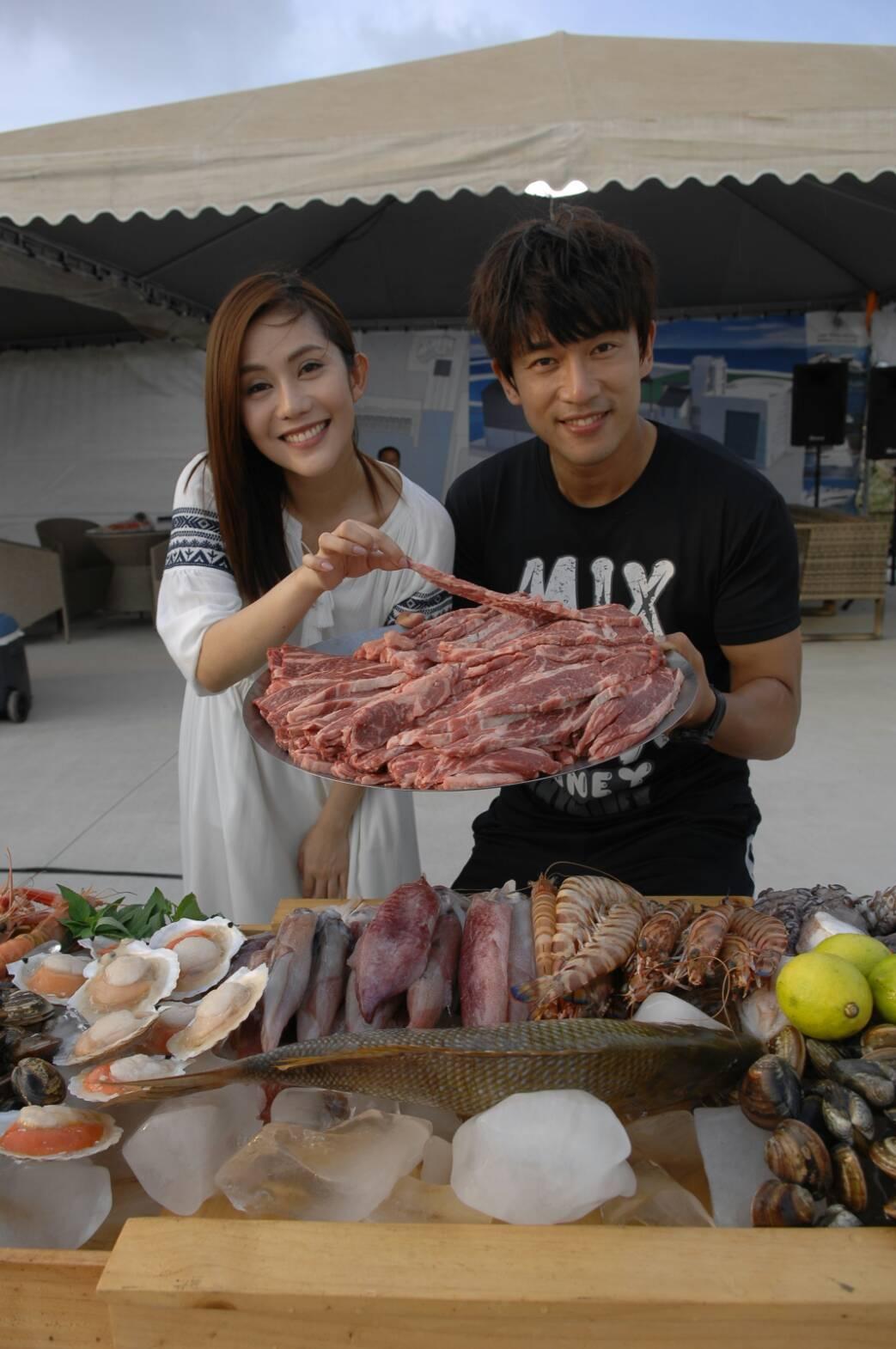 李政穎(左)和王宇婕在愛河邊拍戲兼烤肉。圖/華視提供