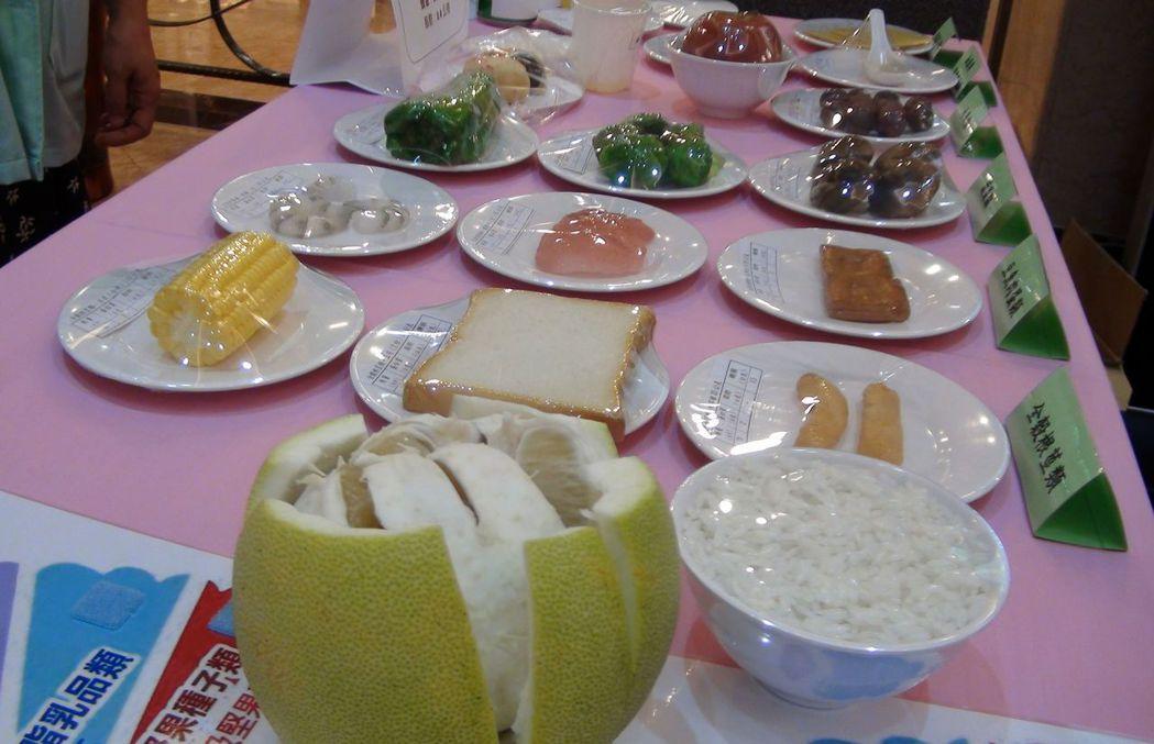 義大大昌醫院營養師表示,4到5瓣柚子就等於一個成人一天 攝取水果的份量。記者王昭...