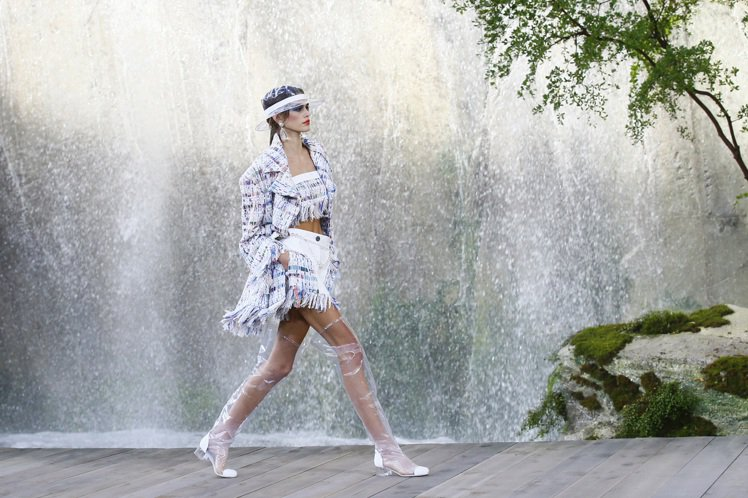 模特兒們穿上最新服飾伴著傾瀉而下的六座瀑布,沿木製棧道而行。圖/美聯社