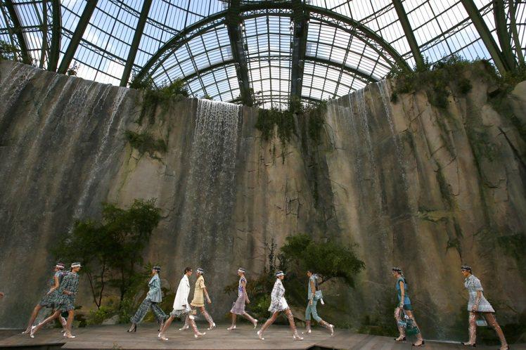 香奈兒2018春夏大秀於巴黎大皇宮登場,秀場打造出一座峭壁懸崖,刻畫出一幅自然與...
