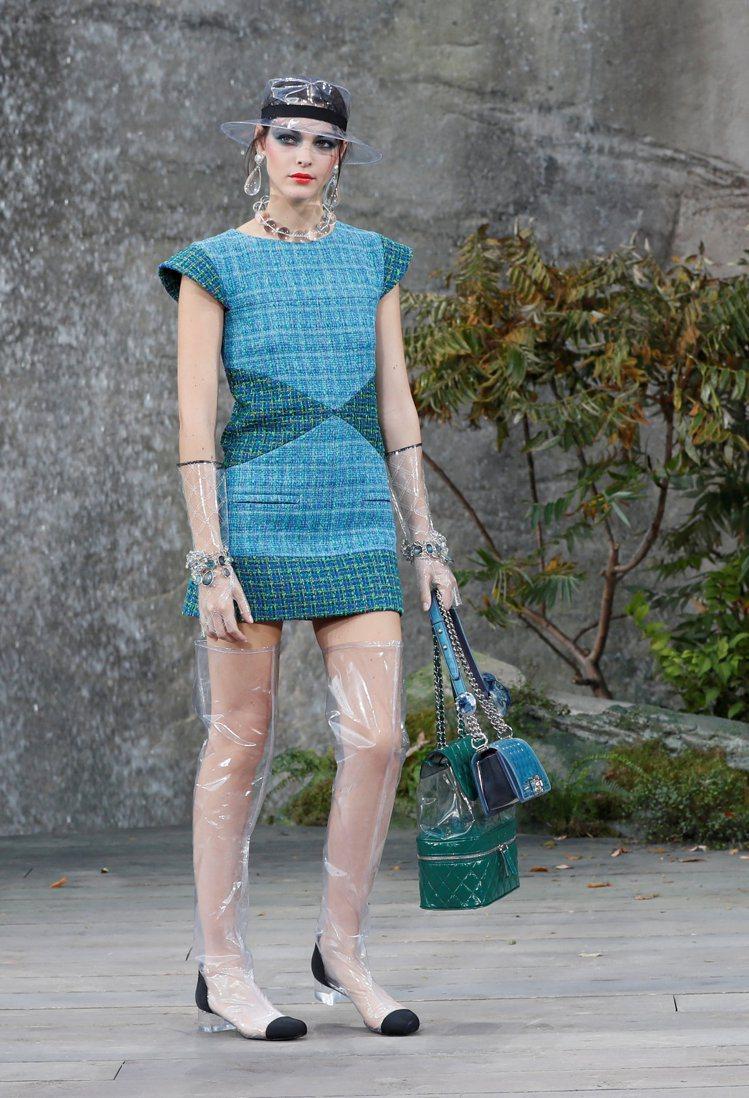 幾件貼身的小洋裝以襯衫立領和銳利的肩線形塑出強烈性格。圖/路透