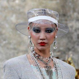 巴黎時裝周/香奈兒超狂!模特兒在瀑布峭壁旁走時尚秀