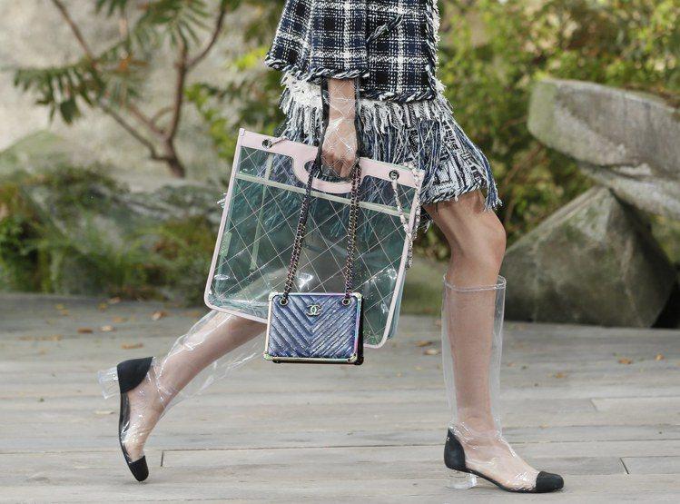透視提袋搭配菱格紋路更具現代感。圖/歐新社