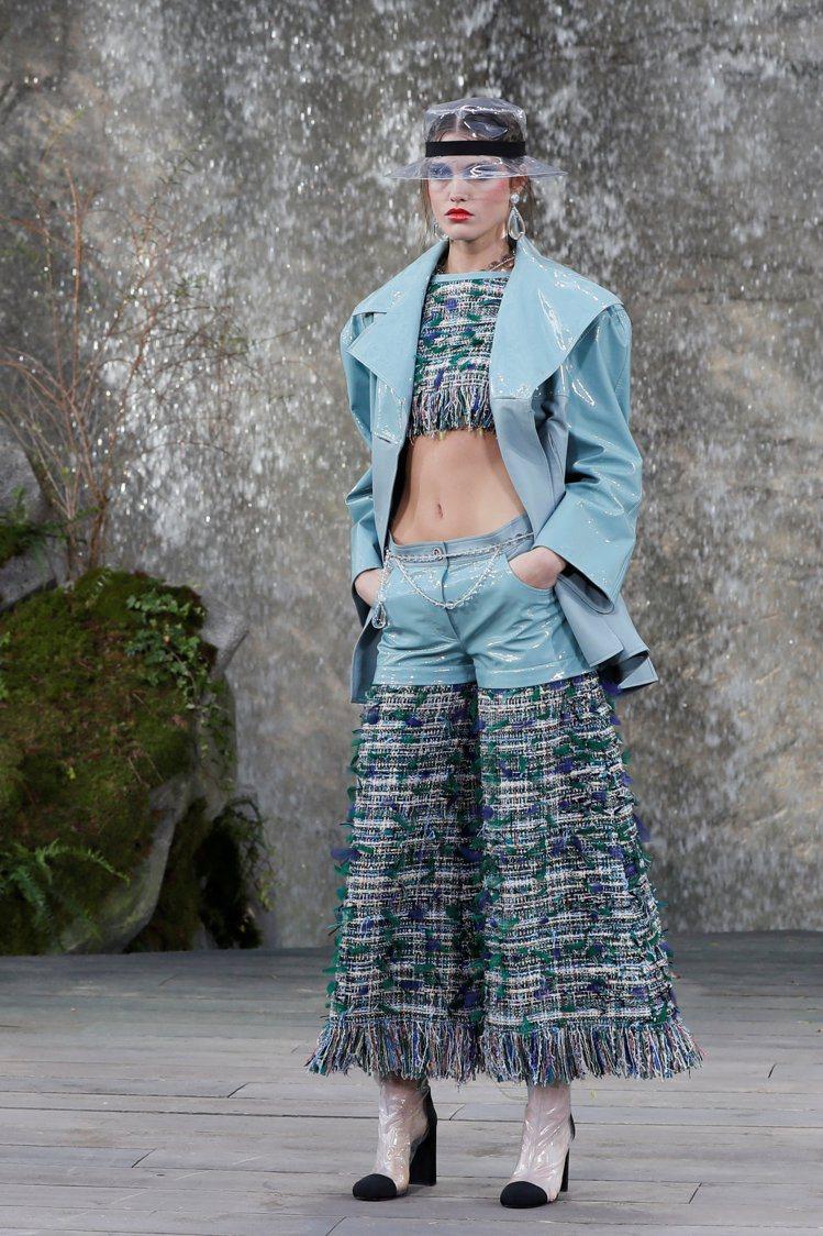 斜紋軟呢拼接漆皮短褲組合極簡風的俐落與品牌經典優雅氛圍。圖/路透