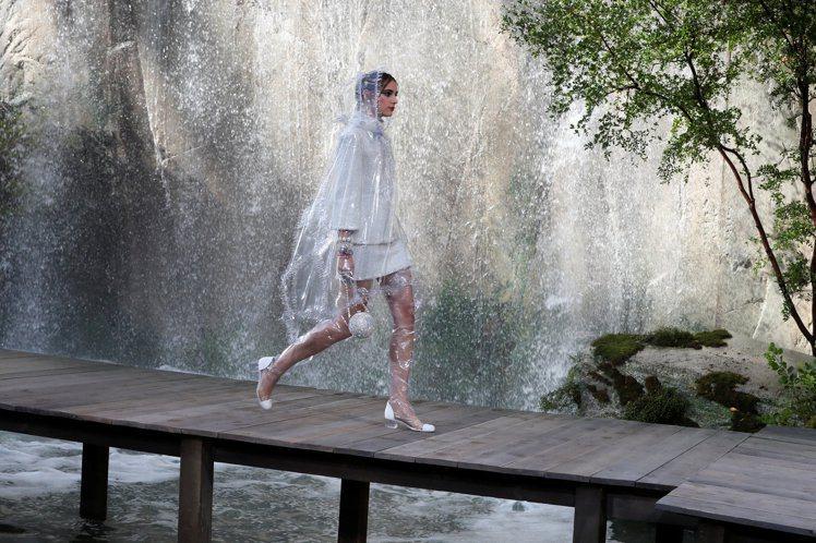 模特兒們穿上最新服飾伴著傾瀉而下的六座瀑布,沿木製棧道而行。圖/路透