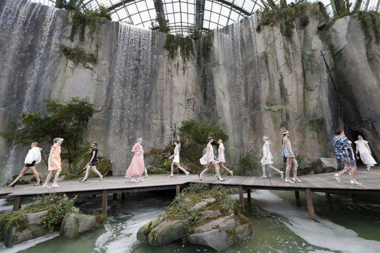 模特兒們穿上最新服飾伴著傾瀉而下的六座瀑布,沿木製棧道而行。圖/歐新社