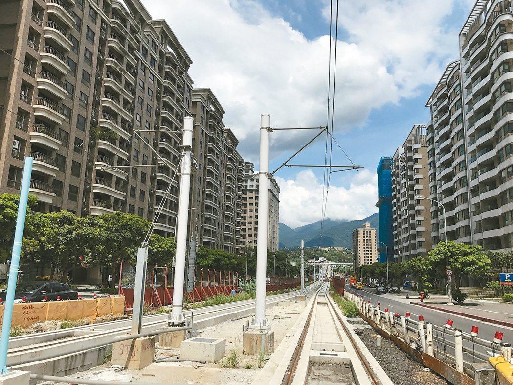 國民黨立委蔣萬安表示,透過增加軌道建設解決少子化問題的論點過於牽強。圖為建設中的...