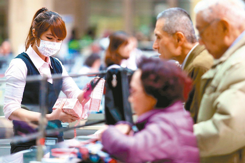 金管會主委顧立雄今(7)日在立法院表示,9月本國銀行存款雖減少,但放款也增加,使...