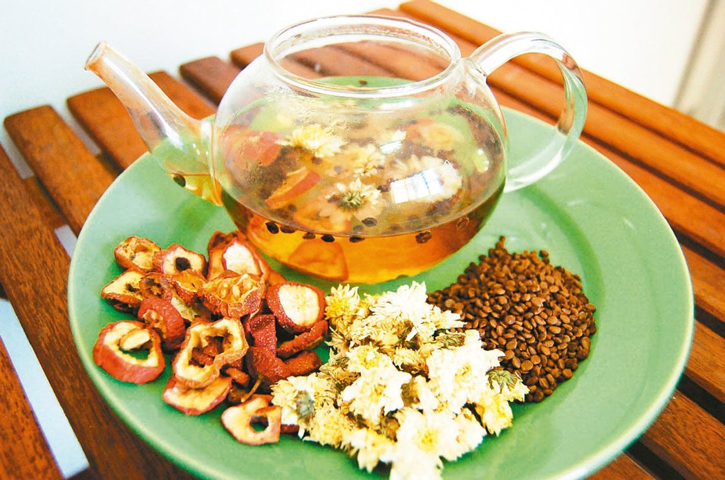 中秋節大吃烤肉大餐後,不妨自製消脂茶解膩去油。 報系資料照