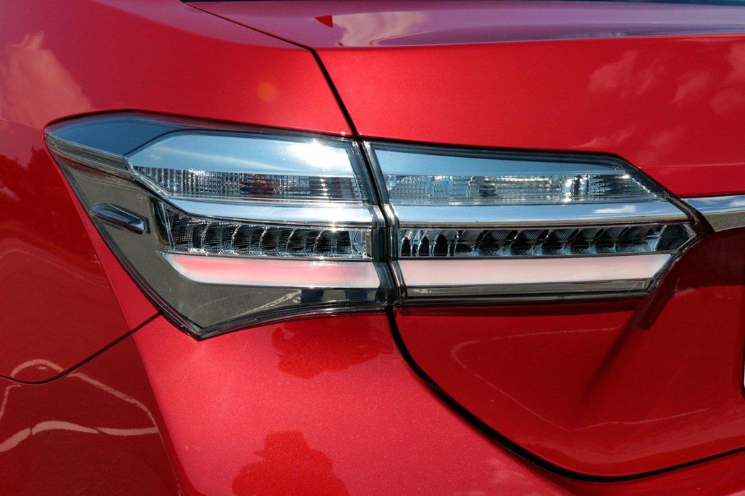 車尾配備LED光條尾燈,並以燻黑設計帶點獨特風格。 記者陳威任/攝影