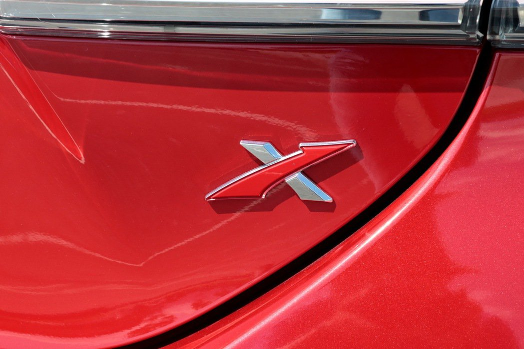 車尾的X字樣彰顯身分。 記者陳威任/攝影