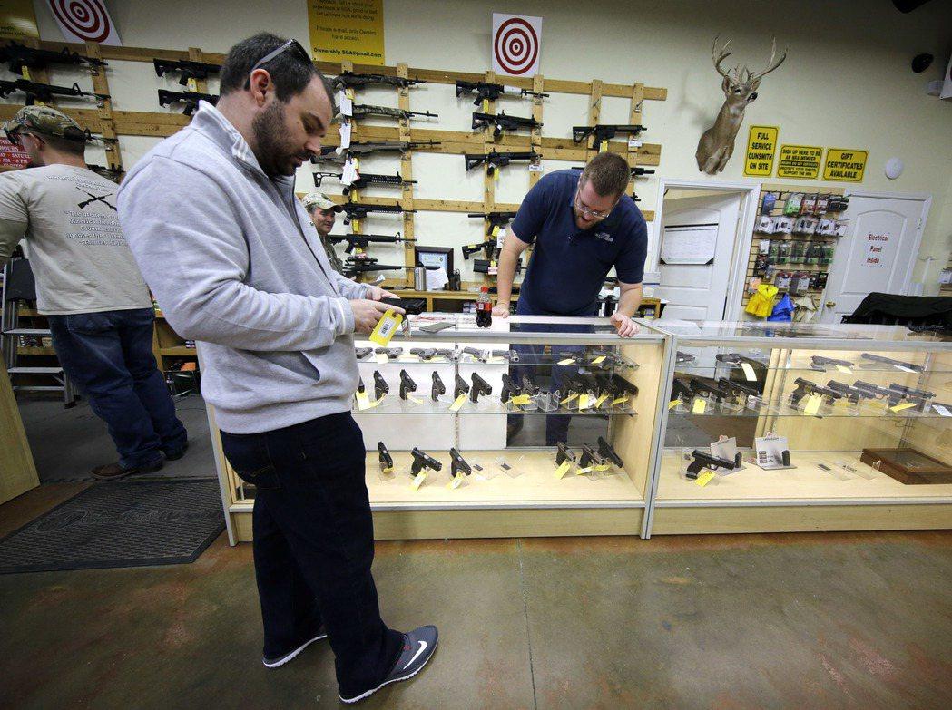 美國槍枝法規鬆散,近年來上百項加強管制的法案在國會被封殺。 美聯社