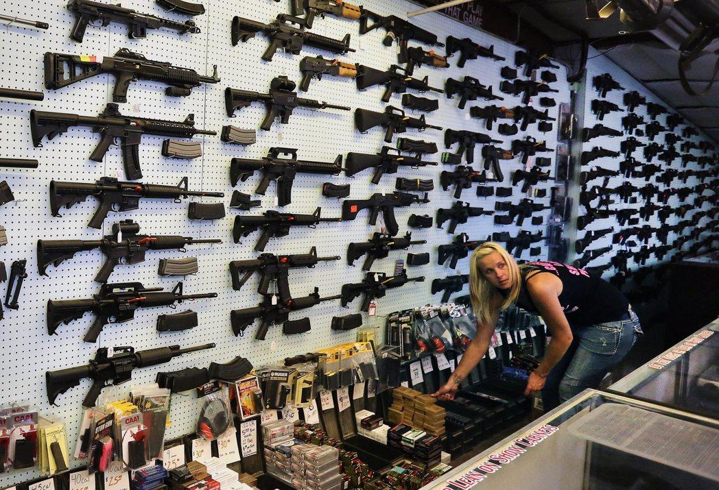 美國販售槍枝的店家依規定必須查核顧客身分,但許多賣槍的個人賣家卻不受這項規定限制...