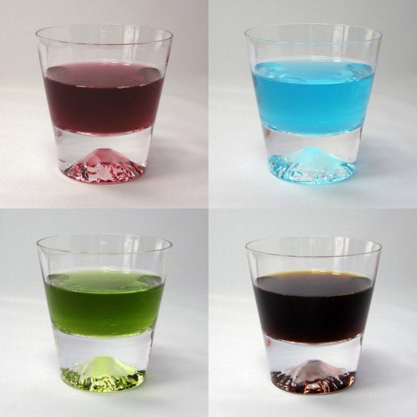 倒入不同顏色飲品的富士山杯,呈現不一樣的景致。 圖/SOGO提供