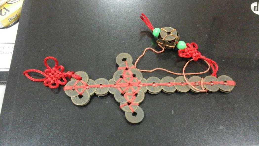 民眾將古錢銅劍隨意捐給玩具銀行,讓整理的志工不禁感嘆。 圖/新北玩具銀行提供