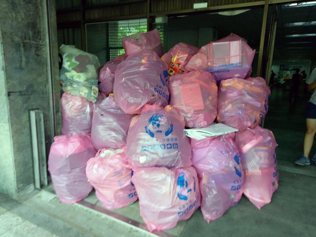 新北玩具銀行日前搬家,清出70多袋垃圾。 圖/新北玩具銀行提供