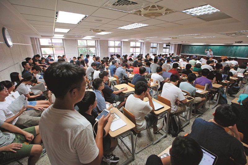 李錫錕講課的教室,被學生擠得水洩不通。 攝影/郭晉瑋