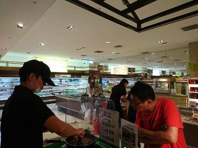 子瑜和媽媽一起逛超市。圖/摘自微博
