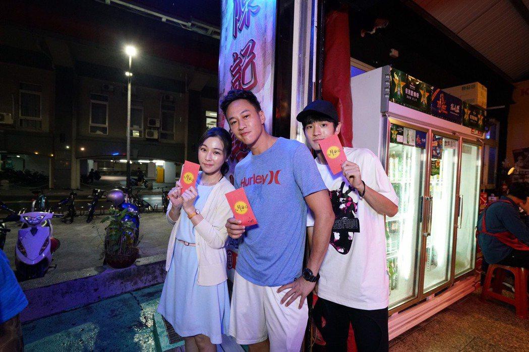 何潤東(中)演紅了吳聘,卻是選擇先在台灣當製作人和導演,中秋節還發紅包給所有工作...