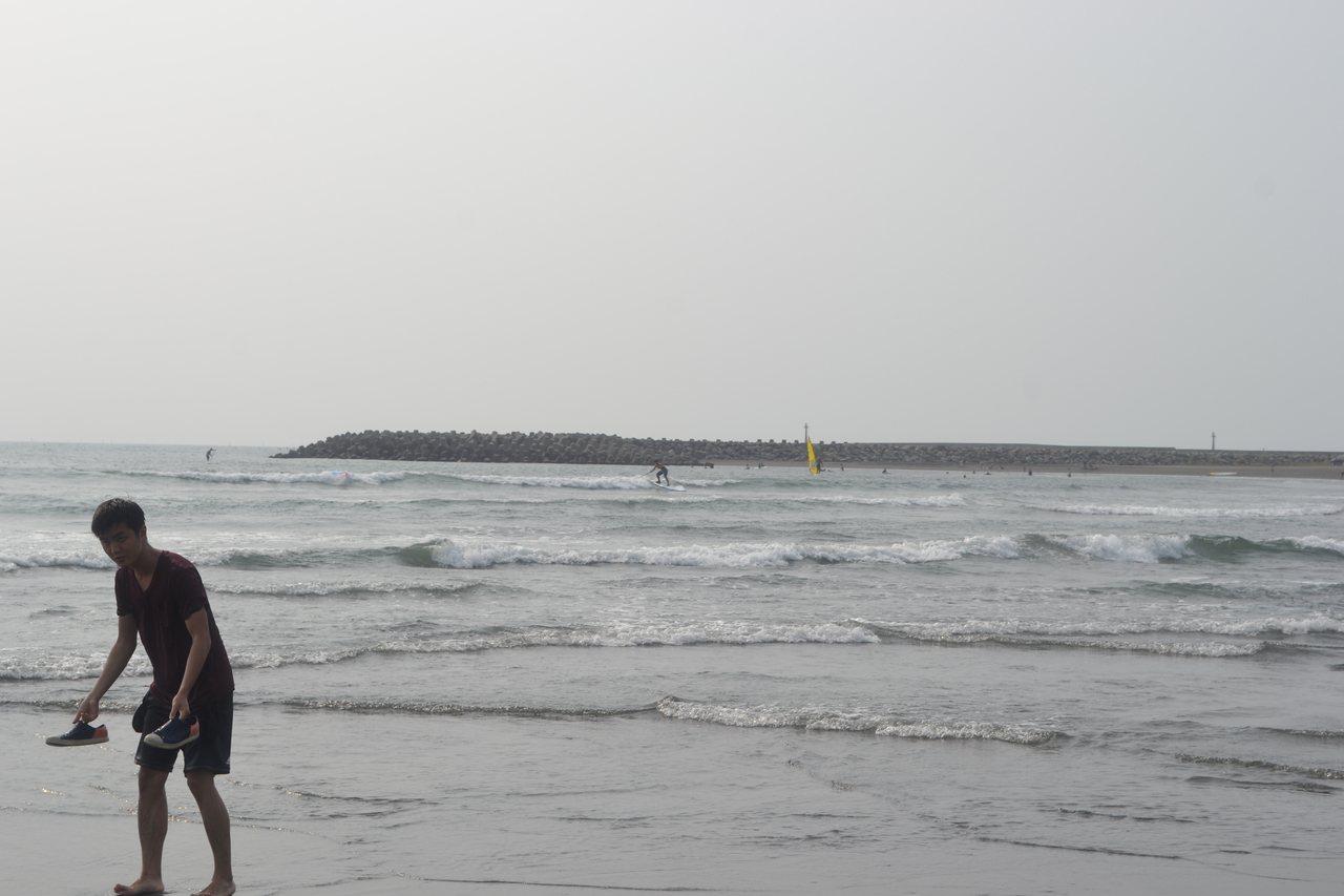 台南市漁光島月牙灣海灘中秋節吸引民眾弄潮,以及玩風浪板。記者鄭惠仁/攝影